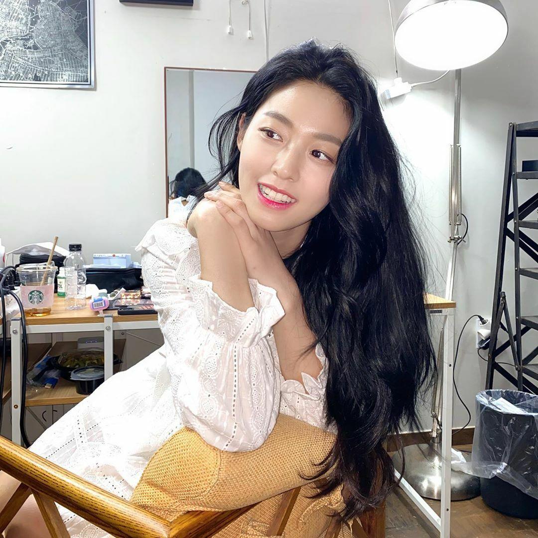Seol Hyun như nàng thơ dịu dàng trong chiếc đầm trắng, mái tóc đen dài gợn sóng.