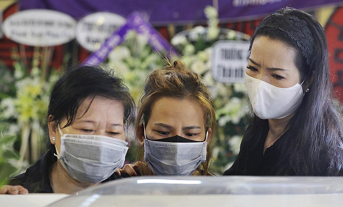 Trịnh Kim Chi nén đau đớn, bật khóc khi nhìn Mai Phương nằm trong