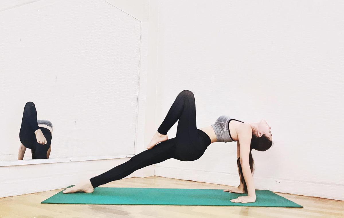 Jolie Nguyễn cho biết yoga là bộ môn có thể tập luyện để giữ sức khỏe ngay tại nhà, không cần đến phòng tập trong bối cảnh Covid-19 phức tạp. Khi mặc đồ thể thao, hoa hậu con nhà giàu khoe được vòng eo thon thả, đôi chân thẳng dài.