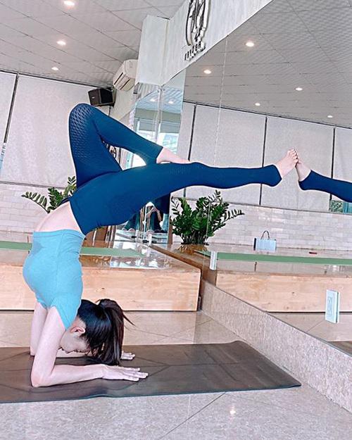 Thường xuyên được khen ngợi vì có vóc dáng gợi cảm, Trương Quỳnh Anh tiết lộ một trong những bí quyết của cô là tập yoga. Trong mùa dịch, nữ diễn viên vẫn rất chăm chỉ tập luyện và chia sẻ hình ảnh với khán giả.