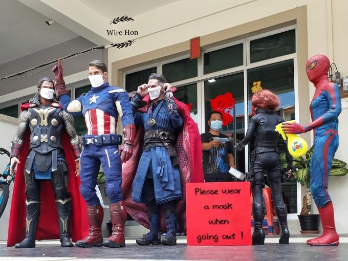 """<p>""""Và đừng quên sử dụng khẩu trang khi ra ngoài, dù bạn có là siêu anh hùng"""".</p>"""