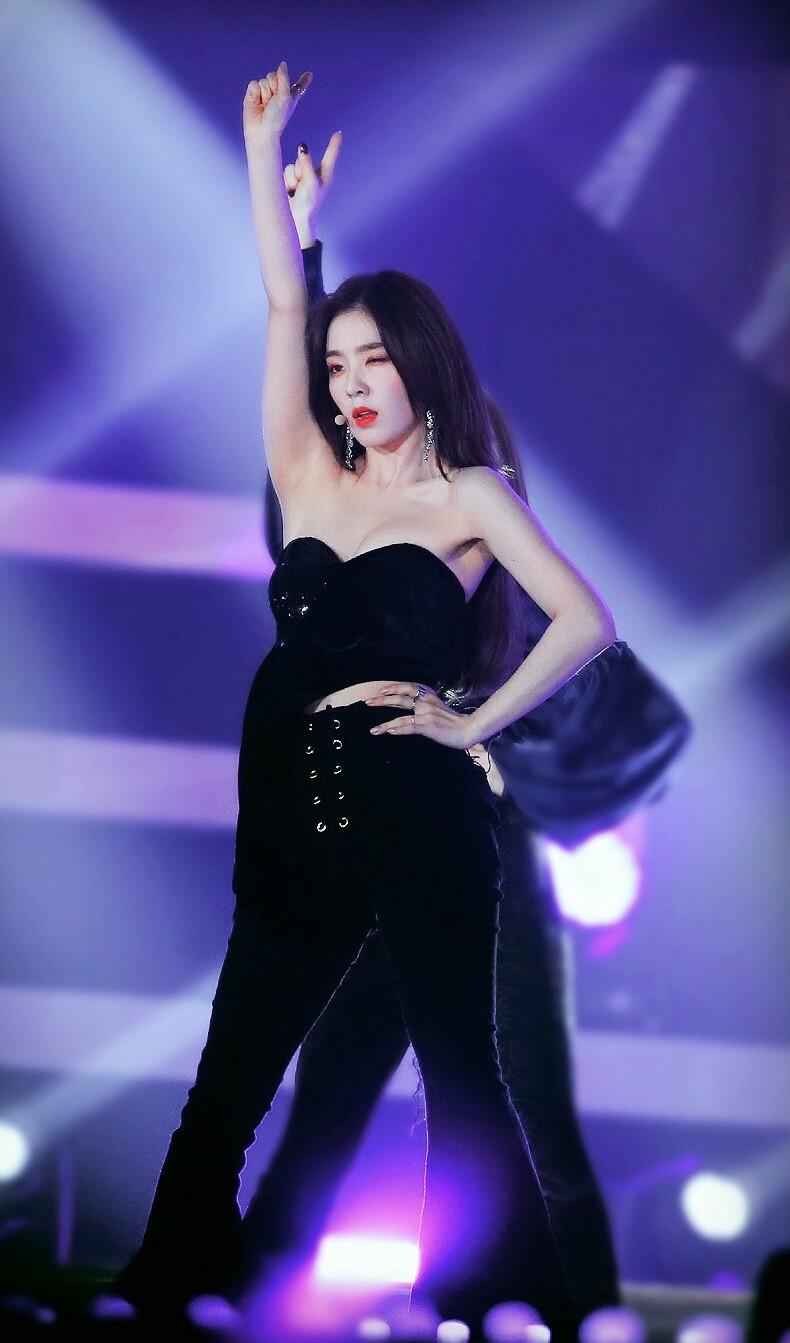 Irene (Red Velvet) lựa chọn mẫu áo quây cúp ngực vừa giúp tôn lên vẻ đẹp thanh mảnh nhưng vẫn có nét sexy, nữ tính.