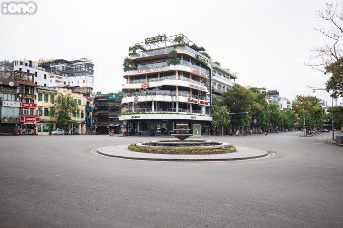 """<p class=""""Normal""""><span>Trong ngày đầu thực hiện cách ly toàn xã hội, người dân hạn chế ra đường khiến nhiều con phố trở nên vắng vẻ.</span></p>"""