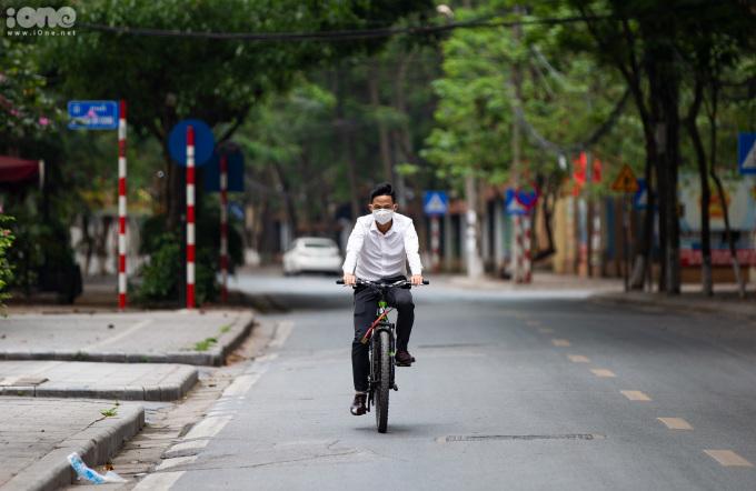 <p>Một người đàn ông đạp xe trên đường Trần Đăng Ninh.</p>