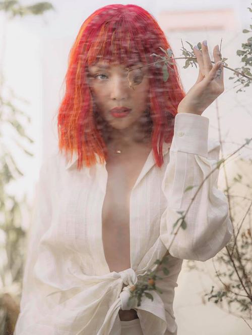 Tóc Tiên đội tóc giả đỏ rực, khoe ngực trần sexy.