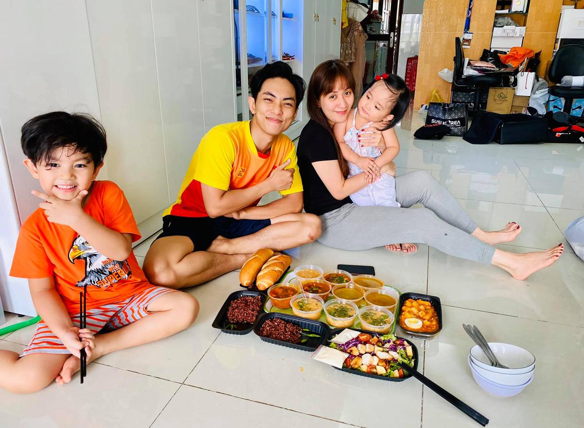 Gia đình Khánh Thi - Phan Hiển gọi ship đồ ăn về nhà.