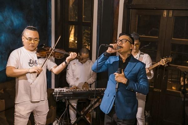 Tuấn Hưng hát livestream miễn phí ở nhà gây quỹ.