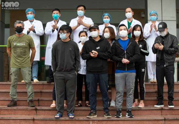 """<p class=""""Normal""""><span>Chiều 2/4, Bệnh viện Bệnh Nhiệt đới Trung ươngcơ sở 2 tổ chức xuất viện cho 11bệnh nhânCovid-19, trong đó có 10 bệnh nhân quốc tịch Việt Nam, 1 bệnh nhân quốc tịch Pháp.Họ đều có kết quả xét nghiệm từ 2 lần âm tính trở lên, đủ điều kiện xuất viện.</span></p>"""