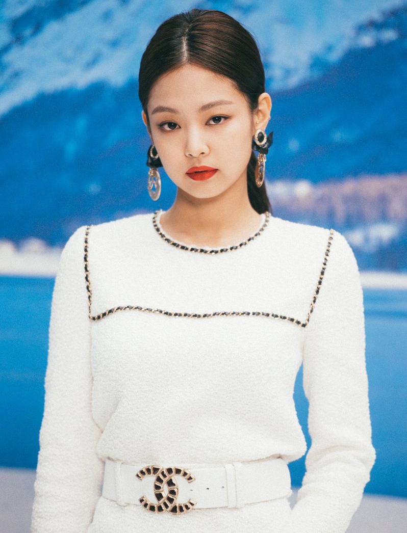 Những lần dự sự kiện thời trang, người đẹp sinh năm 1996 cũng thường chọn màu son rực rỡ để gây ấn tượng.