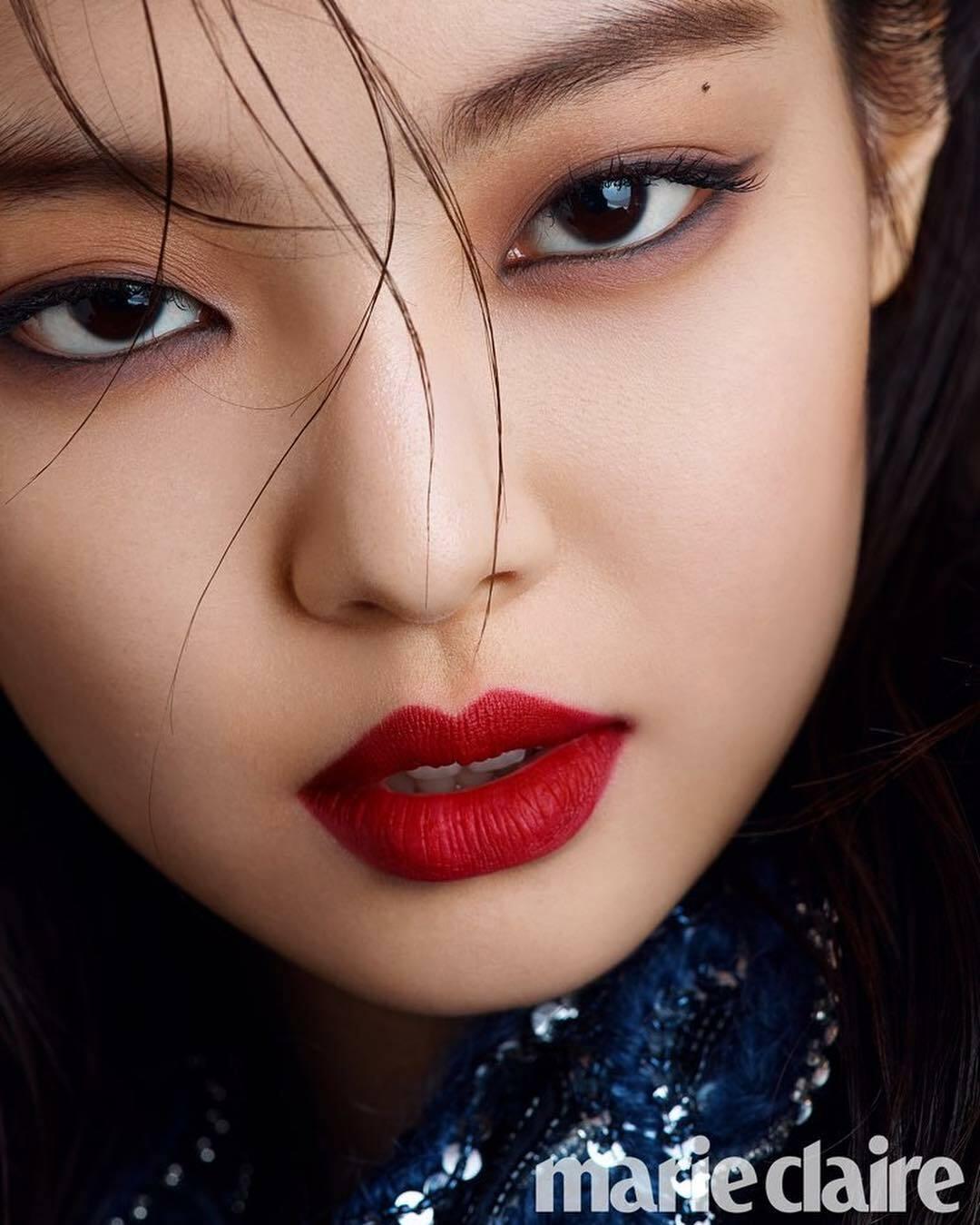 Đôi môi trái tim hoàn hảo cùng vẻ đẹp hiện đại của thành viên Black Pink được tôn lên nhờ màu son nóng bỏng.