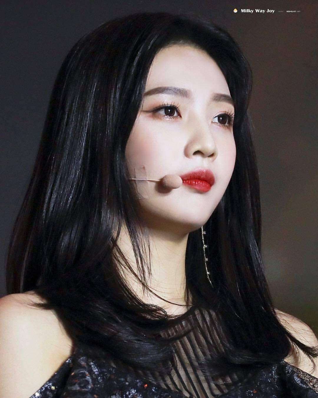 Cùng mê son đỏ nhưng Joy có phong cách khác biệt so với Soo Jin và Jennie. Cô thường chọn các tông đỏ tươi với lối đánh trong đậm ngoài nhạt hoặc có độ bóng nhẹ để tạo vẻ trẻ trung.