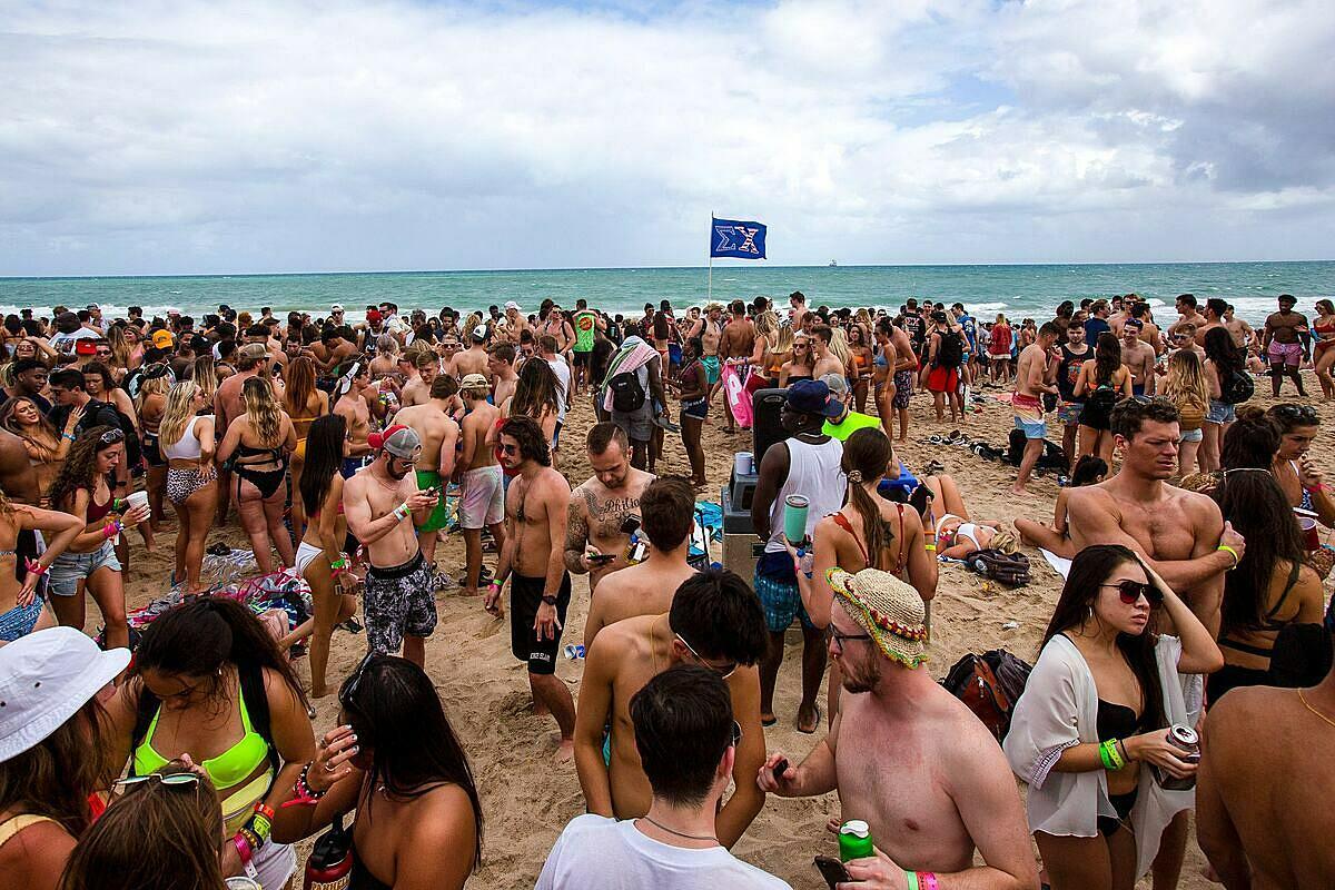 Hình ảnh sinh viên Mỹ nghỉ xuân trên một bãi biển ở Florida hôm 11/3.