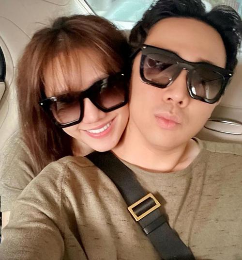 Trấn Thành khoe ảnh dạo phố trên xe hơi cùng Hari Won với cặp kính đôi mới tậu. Đây là sản phẩm của nhà mốt Louis Vuitton với giá 12 triệu đồng. Món quà này được nam MC tặng bà xã trong mùa dịch.
