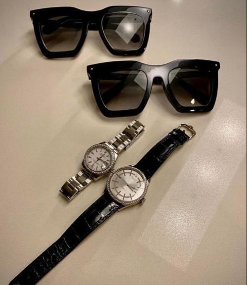Cùng đợt, Trấn Thành cũng thể hiện sự hào phóng khi sắm cho mình và vợ một cặp đồng hồ mới. Chiếc đồng hồ Rolex Cellini của anh có giá 360 triệu đồng, trong khi đó phiên bản nạm kim cương của Hari Won giá tới nửa tỷ đồng.