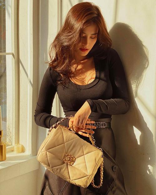 Đông Nhi vừa có bộ ảnh thời trang cực chất chụp ngay tại nhà. Cô diện hàng hiệu từ đầu đến chân, trong đó có nhiều mẫu túi mới toanh. Người đẹp chịu chi khi sắm đến hai chiếc Chanel 19 đang gây sốt với hai màu đen, be. Giá khoảng 130 triệu đồng/chiếc.