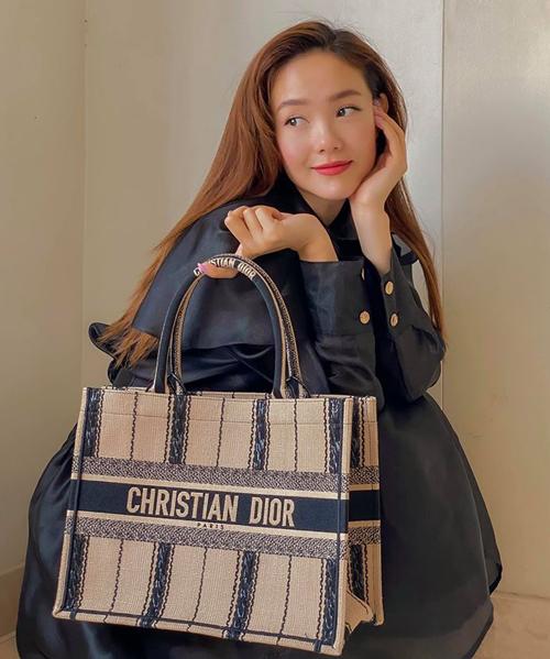 Minh Hằng ở nhà nhưng không quên mua đồ hiệu. Cô mới bổ sung vào bộ sưu tập một chiếc Christian Dior Book Tote giá khoảng 65 triệu đồng. Chụp hình khoe chiếc túi ở góc nhà, nữ ca sĩ thừa nhận thời gian này túi chỉ dành để đựng... khẩu trang và nước rửa tay.