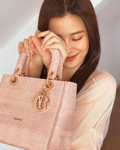 Thiết kế Lady Dior chất liệu canvas thời thượng cũng được Đông Nhi mới tậu về. Cô phải chi số tiền khoảng 100 triệu đồng cho mẫu túi hồng pastel xinh xắn này.