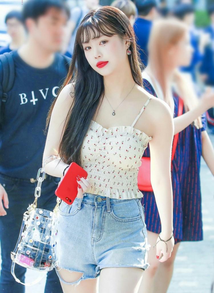 Không chỉ xuất hiện liên tục với màu son đỏ trên sân khấu, độ cuồng của Soo Jin còn thể hiện trong việc cô nàng còn đam mê cả màu son này khi ra phố.