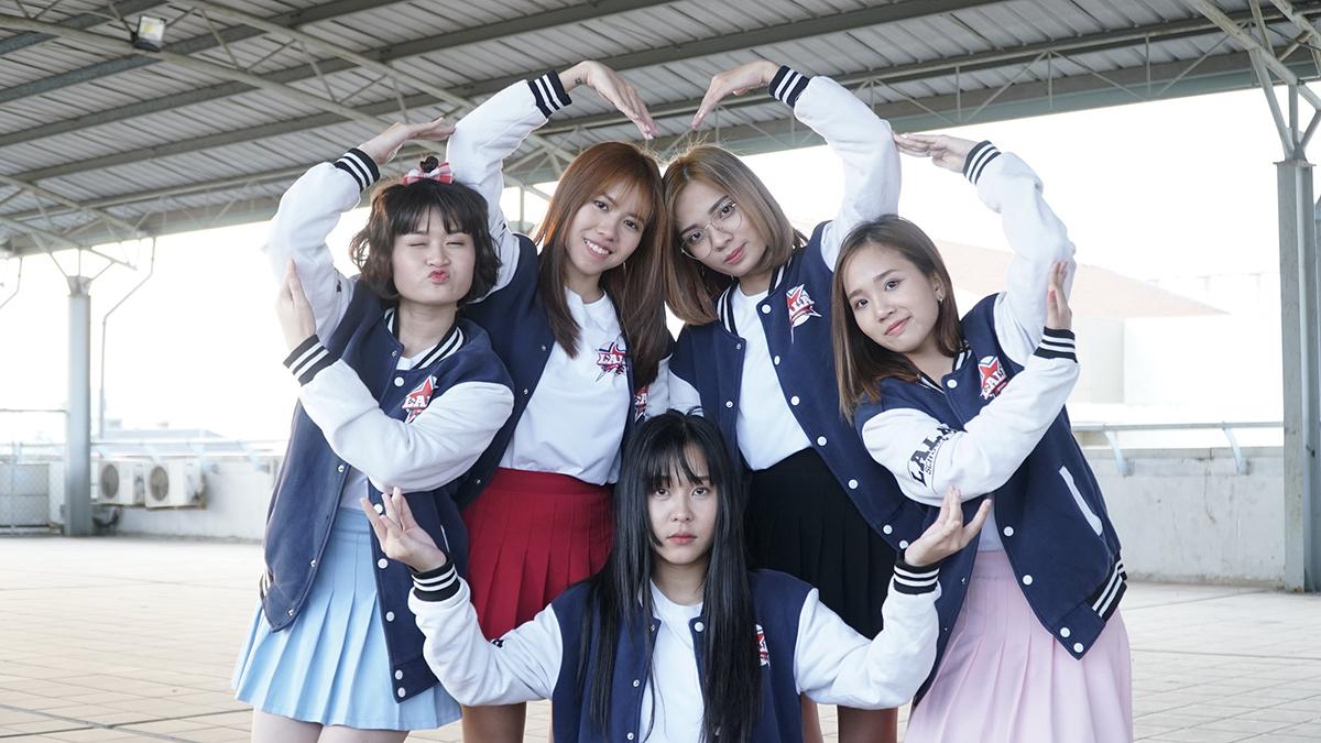 Các thành viên O2O Girl Band ở hậu trường phim.