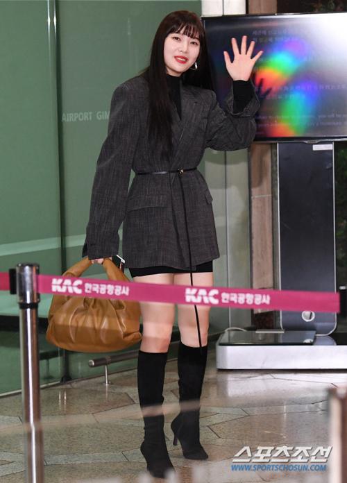 Joy (Red Velvet) tạo điểm nhấn với phần thắt lưng cùng đôi boot cao gót cổ cao vừa có nét quyến rũ nhưng vẫn mạnh mẽ khi diện blazer.