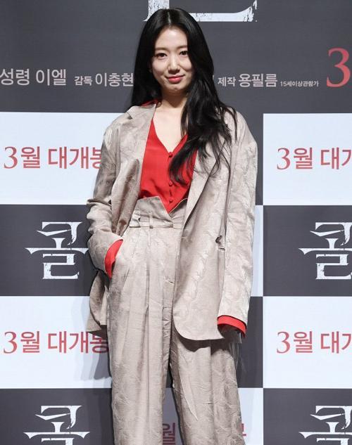 Nữ diễn viên Park Shin Hye trang nhã, duyên dáng khi diện âu phục với chất liệu mềm mại, kết hợp thêm áo trong cổ V quyến rũ cùng giày cao gót điệu đà.