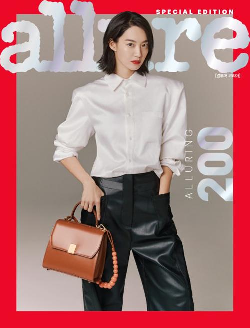 Nữ diễn viên Shin Min Ah diện set đồ sơ mi trắng với quần da đen đơn giản nhưng vẫn nổi bật khí chất sắc sảo như nữ doanh nhân thành đạt.