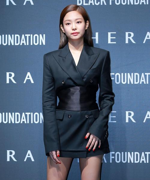 Áo blazer là item không thể thiếu của phong cách menswear, Jennie (Black Pink) tinh ý khi diện blazer theo style giấu quần nhằm khoe đôi chân dài nhưng vẫn giữ được khí chất của quý cô bảnh bao.