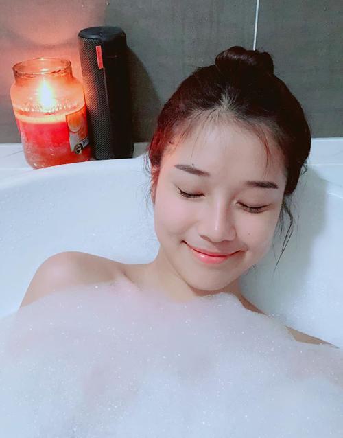 Hoàng Yến Chibi tận hưởng ngày rảnh rỗi ở nhà tắm bồn.