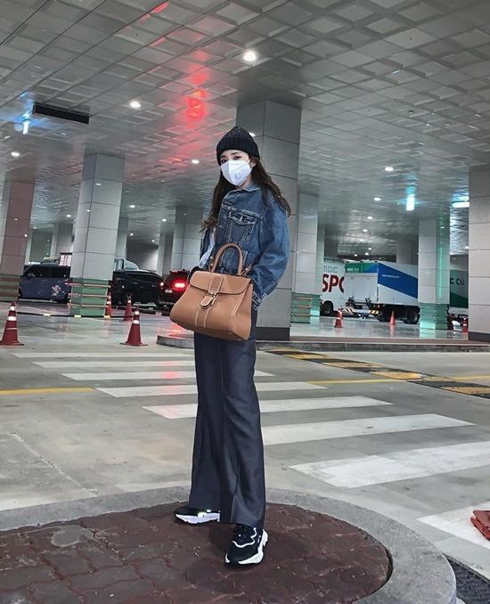 Dara lên đồ sành điệu, biến nơi để xe thành background chụp ảnh cực chất.
