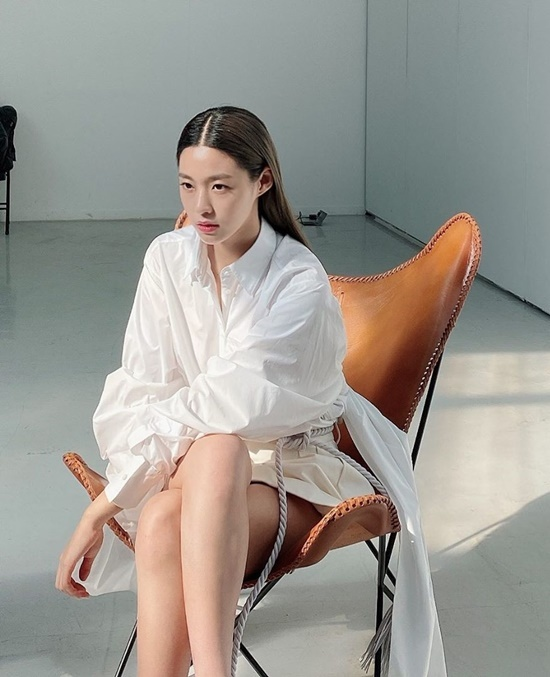 Seol Hyun khoe nhan sắc, thần thái cuốn hút trong hậu trường chụp hình.
