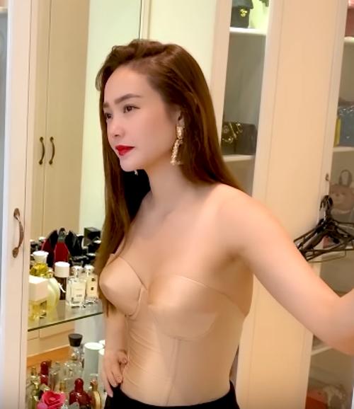 Nữ ca sĩ khéo chọn thiết kế ôm sát vào cơ thể và vòng một, tôn lên thân hình mảnh mai sexy.