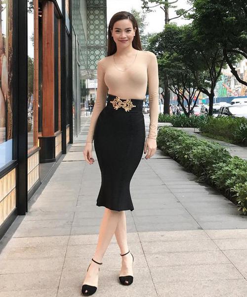 Đồ màu nude chất liệu ôm sát tuy kén người mặc, dễ tố cáo nhược điểm và dễ gây hiểu lầm nhưng vẫn được mỹ nhân Việt yêu thích.
