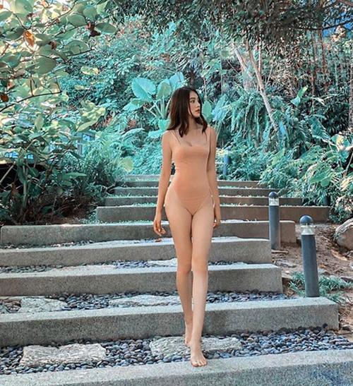 Jolie Nguyễn táo bạo mặc đồ tắm màu nude, dù nhìn từ xa cô có thể bị lầm tưởng không mặc đồ.