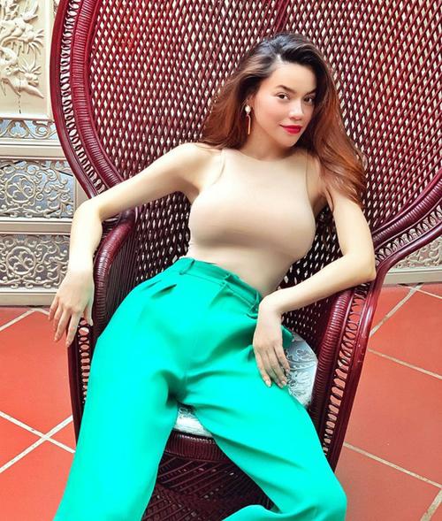 Hà Hồ có cả một bộ sưu tập áo siêu ôm giúp cô khoe khéo vòng một sexy.