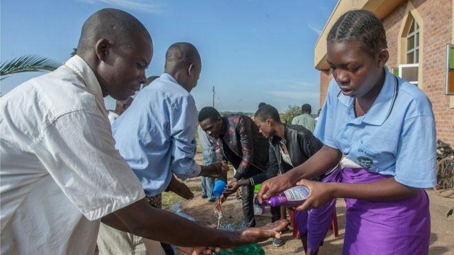 Giáo dân rửa tay để phòng dịch ở Lilongwe - thủ đô của Malawi. Ảnh: AFP