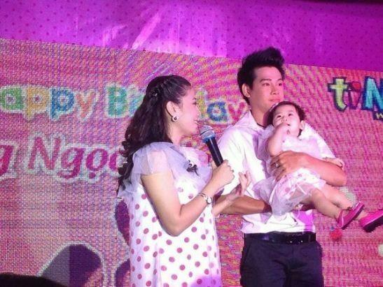Phùng Ngọc Huy bên Mai Phương trong tiệc sinh nhật Lavie tròn 1 tuổi.
