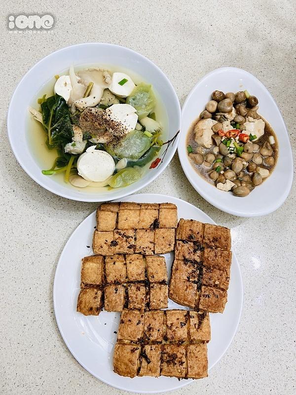 Hoài Sa nấu đậu hũ xào nấm rơm, đậu rán giòn và canh rau nấm.