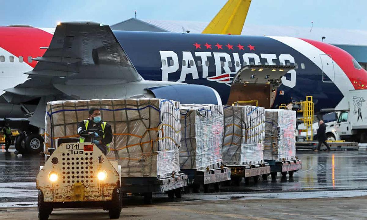 Công nhân bốc dỡ mộ lô hàng với hơn 1 triệu mặt nạ N95 từ một máy bay được sử dụng bởi New England Patriots, sau khi nó bay từ Thâm Quyến, Trung Quốc và hạ cánh xuống sân bay Logan, Mỹ. Ảnh: EPA.