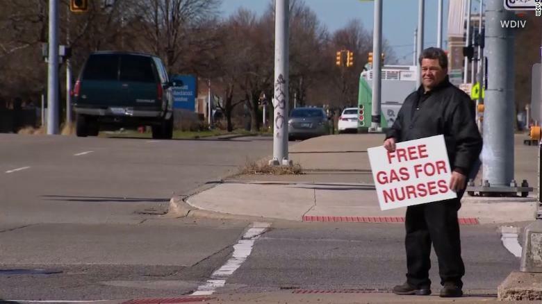 Allen Marshall cùng tấm biển Miễn phí xăng cho các y tá trên đường phố.