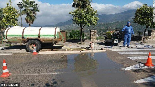 Khu vực khử trùng các phương tiện di chuyển vào thị trấn bằng con đường duy nhất.