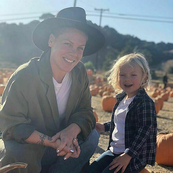 Bức ảnh Pink và con trai Jameson được cô chia sẻ trên trang cá nhân.