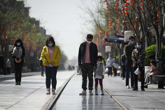 """<p class=""""Normal"""">Những người đi bộ trong công viên cũng tạm dừng các hoạt động, một số người chắp tay cầu nguyện. Xe lửa, tàu điện ngầm cũng ngừng chuyển động, trong khi các hành khách và cả trẻ em đứng mặc niệm trong 3 phút đểbày tỏ sự tôn kính.</p>"""