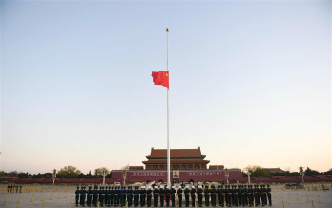 """<p class=""""Normal"""">10h sáng (giờ địa phương) hôm nay, cả Trung Quốc chìm trong tĩnh lặng dành <a href=""""https://ione.net/tin-tuc/nhip-song/trung-quoc-to-chuc-quoc-tang-4079382.html"""" rel=""""nofollow"""">3 phút mặc niệm</a> người đã qua đời trong đại dịch Covid-19. Ôtô, tàu hỏa cũng như tàu thủy kéo còi, bên cạnh tiếng còi báo động trên không vang lên tưởng nhớ hơn 3.000 nạn nhân.</p>"""