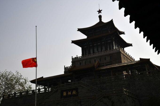"""<p class=""""Normal"""">Truyền thông nhà nước báo cáo, Chủ tịch Trung Quốc Tập Cận Bình và các quan chức chính phủ khác đứng bên ngoài khu nhà chính phủ ở Bắc Kinh, tất cả đều cài hoa trắng. Tại Quảng trường Thiên An Môn, cờ rủ được treo.</p>"""