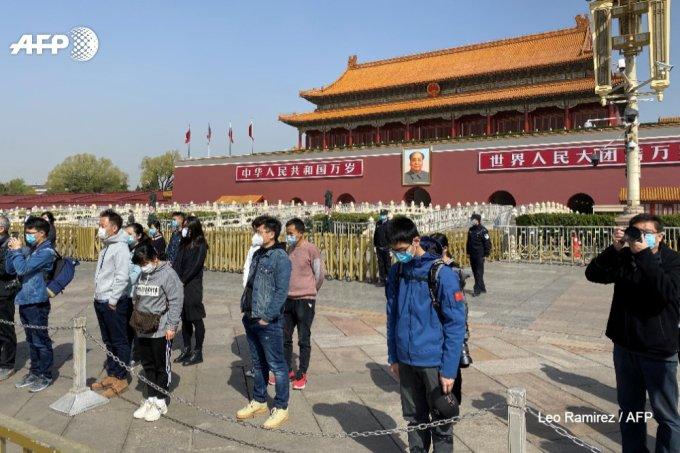 """<p class=""""Normal"""">Người đi bộ ở một trong những khu mua sắm sầm uất nhất của thành phố dừng bước và cúi thấp đầu trongquốc tang tưởng niệm, trong khi cảnh sát tuần tra đứng bên đường cũng cúi đầu im lặng. """"Trong cuộc chiến này, rất nhiều nhân viên y tế đã có đóng góp phi thường. Họ đều là những người hùng. Là công dân bình thường, chúng ta phải nhớ ngày này"""", Wang Yongna nói.<br /> </p>"""