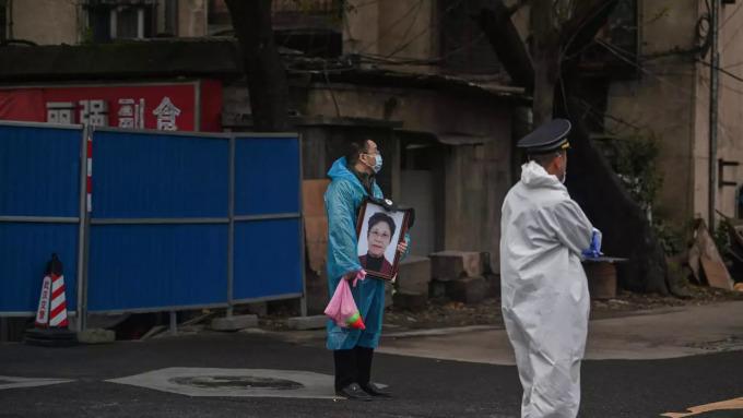 """<p class=""""Normal"""">Ngày quốc tang trùng với ngày Lễ Thanh Minh - dịp màhàng triệu gia đình Trung Quốc tỏ lòng kính trọng với tổ tiên của họ. Các nhà chức trách không khuyến khích người dân đi tảo mộ, nhằm ngăn chặn sự bùng phát trở lại của dịch. """"Chúng tôi ủng hộ mọi người ở nhà và có hoạt động tưởng niệm quy mô nhỏ để tưởng nhớ người đã khuất"""", Fan Yu, một quan chức về các vấn đề xã hội Trung Quốc cho biết.</p>"""
