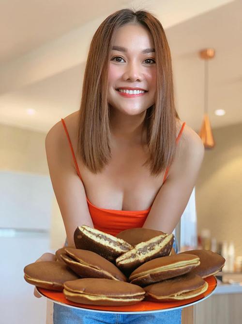 Nhờ việc ở nhà cách ly, Thanh Hằng có thời gian thử nghiệm làm món bánh Doraemon mà cô yêu thích.