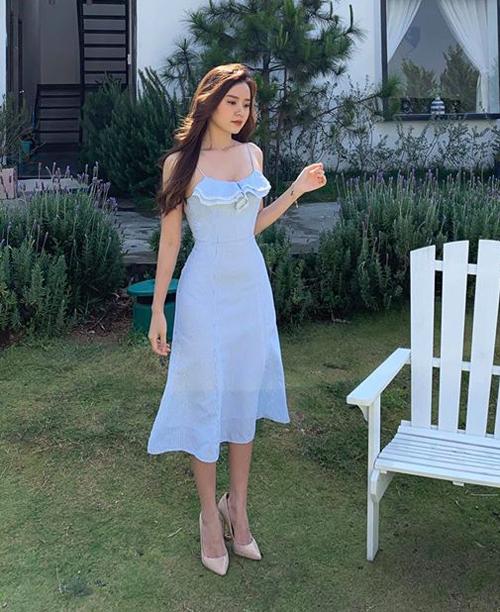 Midu trung thành với phong cách nữ tính. Chiếc váy trắng tôn lên vẻ đẹp tinh khôi của nữ diễn viên.
