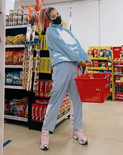 Quỳnh Anh Shyn mặc đồ vừa thoải mái, vừa khoe vẻ cá tính khi đi siêu thị trong mùa dịch.