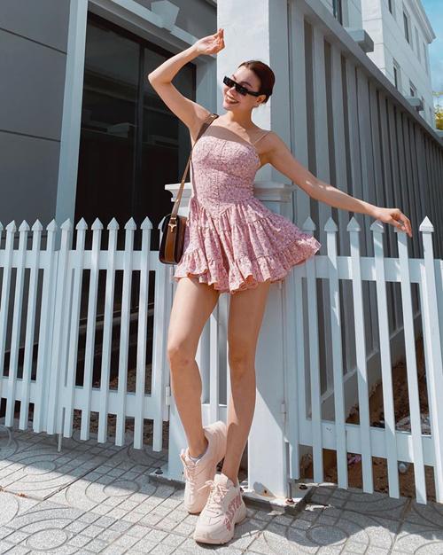 Chiếc váy ngắn cũn như búp bê phối cùng giày hồng tông xuyệt tông giúp Trà Ngọc Hằng khoe chân dài và vẻ trẻ trung.